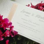 partecipazione elegante con pizzo e fiori ciclamini