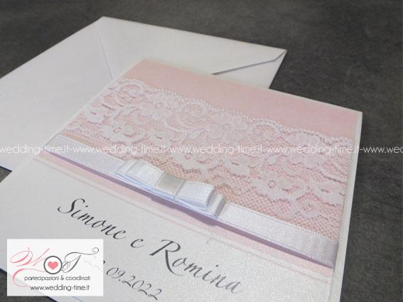 invito di nozze con pizzo alto e fiocco deluxe su base rosa cipria