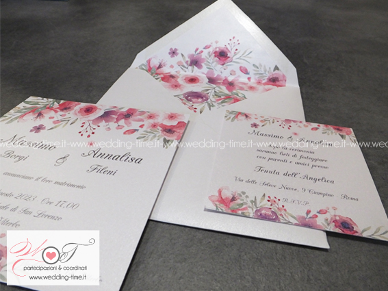 partecipazione di nozze con grafica floreale e busta in coordinato