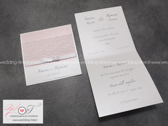 partecipazione di nozze con pizzo alto e fiocco deluxe su base rosa cipria